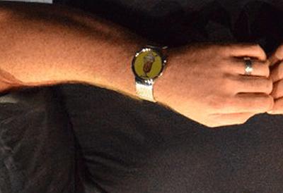 Nell'immagine capovolta  e ingrandita dello smartwatch di Dave Burke si osserva chiaramente l'emoji di un milkshake