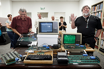Sulla destra Steve Wozniack, uno dei creatori dell'Apple I